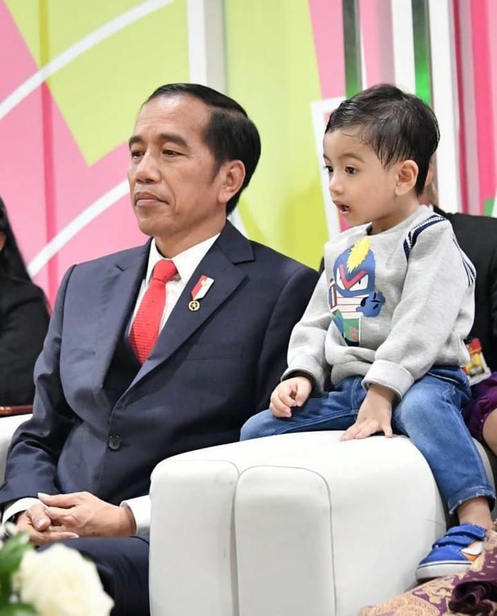 Di tengah kesibukan sebagai Presiden RI, Jokowi masih menyempatkan quality time bersama cucu pertamanya. Seru!