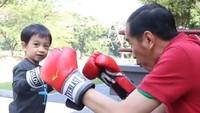 <p>Jokowi menulis di keterangan foto, waktu mengajak Jan Ethes berolahraga tinju, mereka nggak didampingi paspampres, atau pasukan pengawal presiden. Biar lebih santai kali ya. (Foto: Instagram @jokowi)</p>