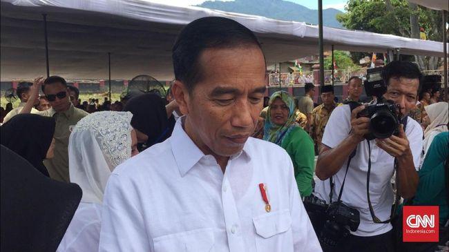 Ratusan warga berdiri berjejer di tepi jalan depan Stasiun Cibatu, saat Presiden Jokowi keluar usai mendengarkan pemaparan soal jalur rel kereta api di Garut.