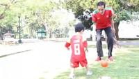 <p>Habis latihan tinju, sekarang giliran main sepakbola. Ayo Jan Ethes, tendang yang kuat bolanya biar gol! (Foto: Instagram @jokowi)</p>