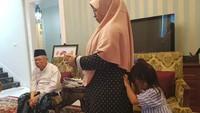 <p>Jelang debat capres beberapa hari lalu, Ma'ruf Amin malah sempat membaca koran dan bermain dengan cucu dulu lho, Bunda. (Foto: Instagram/kh.maruf.amin)</p>