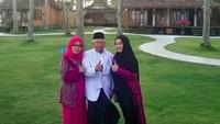 "<p><a href=""https://news.detik.com/berita/4391047/6-fakta-wury-estu-handayani-istri-maruf-amin"" target=""_blank"">Ma'ruf Amin</a>diapit putri tertuanya, Ny Hj Siti Ma'rifah Ma'ruf Amin, dan sang istri, Wury, saat berada di Solong, Banyuwangi. (Foto: Instagram/khmarufamin)</p>"