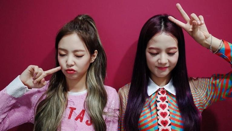 Tak sengaja, Jennie menendang muka Jisoo. Mereka pun sempat berhenti menyanyi sejenak untuk memastikan Jisoo baik-baik saja.