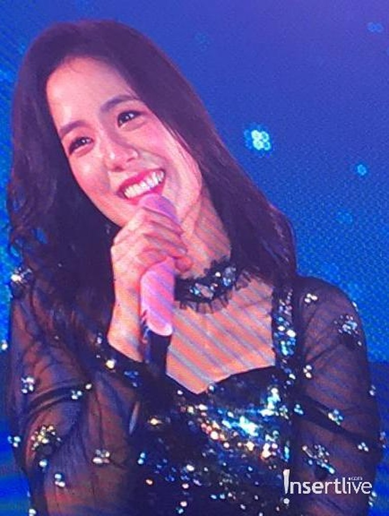 Jisoo kembali tampil membawakan lagu Clarity yang dipopulerkan oleh Zedd dan Foxes. Di penampilan sebelumnya, video Jisooyang menyanyikan lagu ini, mendapatrespon langsung dari Zedd.