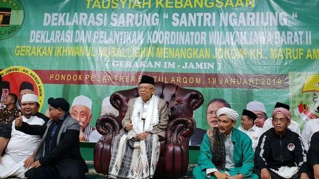 Calon wakil presiden nomor urut 01 Ma'ruf Amin menghadiri deklarasi dukungan dari ribuan santri dalam Santri Ngariung (Sarung) di Pondok Pesantren Jawa Barat.