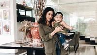 <p><em>So cute</em>! Saat Bunda Aliya dan Baby Gaia pakai baju dengan nuansa senada. Kompak! (Foto: Instagram/ @ruby_26) </p>