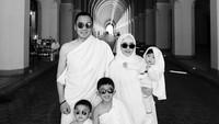 <p>Personel lengkap saat beribadah umrah bersama Ayah Ibas, Bunda Aliya, Airlangga, Sakti, dan si bungsu Gaia. (Foto: Instagram/ @ruby_26) </p>