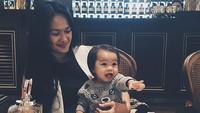 <p>Bahkan nenek tiga cucu ini masih terlihat awet muda lho. (Foto: Instagram/ @rickyharun) </p>