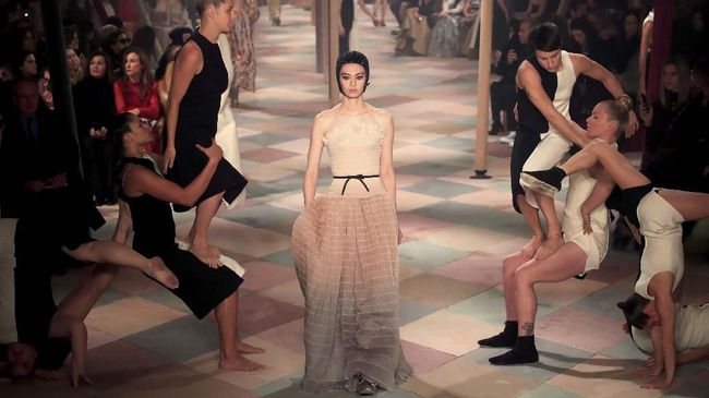 Sebagai pembuka Paris Couture Week, Christian Dior yang digawangi oleh desainer perempuan pertamanya, Maria Grazia Chiuri.