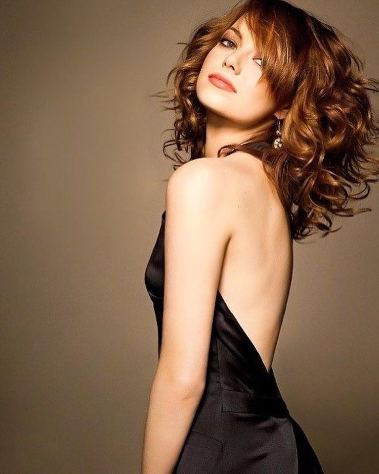 Peraih piala Oscar 2016, Emma Stone, juga dinobatkan sebagai aktris yang memancarkan kecantikan romantik modern.