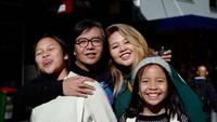 """<p>Potret<a href=""""https://news.detik.com/berita/4393548/ari-lasso-tetap-bersatu-yang-viral-belum-tentu-final"""" target=""""_blank"""">Ari Lasso</a> dan anak-anaknya yang beranjak besar makin kayak teman. Si kecil udah bisa diajak hangout bareng nih. (Foto: Instagram/@ari_lasso) </p>"""