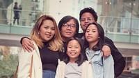 "<p>Menikah dengan Vitta Dessy pada 1999,<a href=""https://hot.detik.com/celeb/4283066/channel-youtube-ini-bikin-ari-lasso-kesal-banget"" target=""_blank"">Ari Lasso</a> dikaruniai putra dan putri bernama Aura Rivanya Maharani, Audra Anandira Lasso, Abraham Bernard Lasso, Alessandra Lasso dan kehilangan anak kedua mereka Michael, pada 2002. (Foto: Instagram/@ari_lasso) </p>"