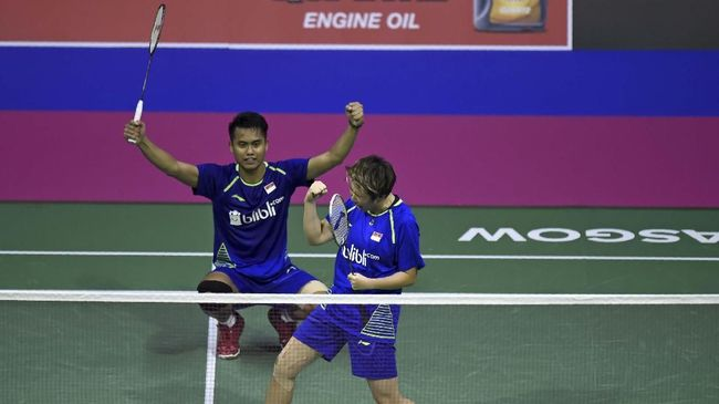 Indonesia's Tontowi Ahmad and Liliyana Natsir celebrate their victory over Hong Kong's Chun Hei Reginald Lee and Hoi Wah Chau during their semi-final mixed doubles match during the 2017 BWF World Championships of badminton at Emirates Arena in Glasgow on August 26, 2017. (Photo by ANDY BUCHANAN / AFP)