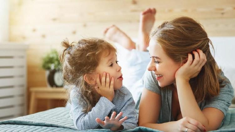 Anak sudah hampir 2 tahun tapi masih malas bicara? Coba periksa perkembangan interaksinya setiap bulan dengan cara berikut.
