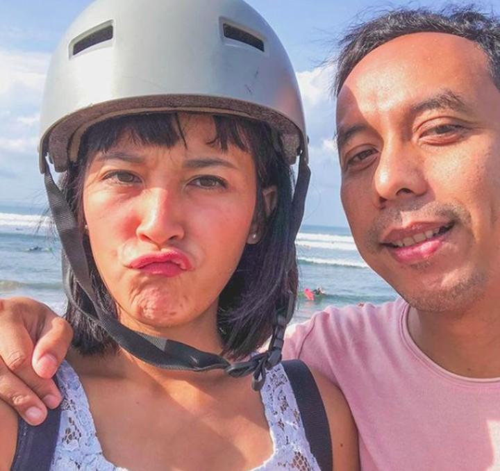 Bunda, intip yuk romantisme pasangam suami istri Pongky Barata dan Sophie Navita, yang tahun ini genap menikah 16 tahun.