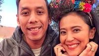 <p>Gaya kasual sudah bisa jadi momen romantis Pongky dan Sophie Navita lho. (Foto: Instagram/ @sophienavita) </p>