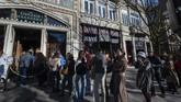 Tak hanya desain interior, Livraria Lello yang megah dan dilengkapi kedai kopi ini bahkan pernah disebut sebagai Third Best Bookstore in the World.