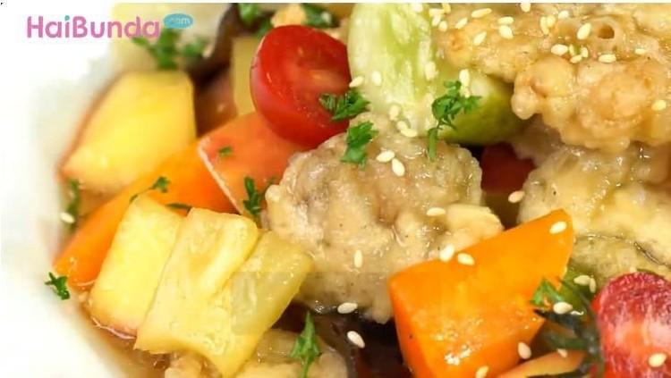 Ingin mencoba makanan rumah seenak di restoran? Coba yuk bikin sendiri ayam crispy saus asam manis yang menggoda selera.