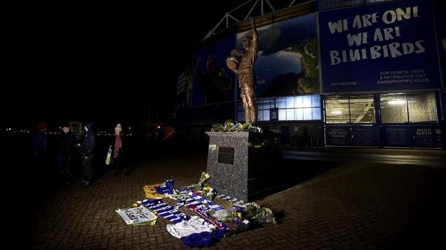 Emiliano Sala berada dalam pesawat yang hilang kontak pada Senin (21/1) malam. Fan Cardiff City dan Nantes memanjatkan doa untuk pemain Argentina itu.