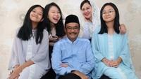 "<p><a href=""https://news.detik.com/berita/4400025/semalam-ahok-sempat-berkunjung-ke-rumah-oso"" target=""_blank"">Djarot Saiful Hidayat </a>bersama istrinya Happy Djarot dikaruniai tiga anak perempuan yaitu Safira, Hapsa dan Meisya. (Foto: Instagram @djarotsaifulhidayat)</p>"