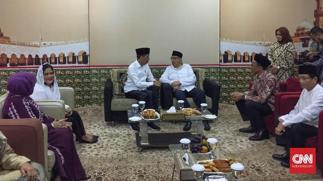 Presiden Jokowi mengelilingi Kota Bekasi, Jumat (25/1) siang. Dalam kunjungannya dengan Quraish Shihab, Jokowi menyerahkan 204 sertifikat tanah wakaf.