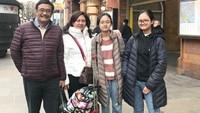 <p>Selain ke luar negeri, Djarot dan keluarga juga hobi mengunjungi wisata di dalam negeri. Di foto ini mereka sedang mengunjungi sebuah bukit wisata di Kabupaten Langkat, Sumatera Utara. (Foto: Instagram @happydjarot)</p>