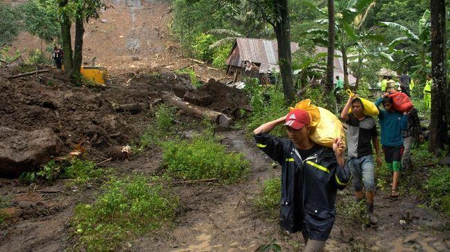 Bencana tanah longsor di Kampung Palasari, Desa Santanamekar, Kecamatan Cisayong, Tasikmalaya, memutus akses jalan desa yang membuat dua kampung terisolasi.