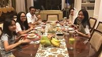 """<p>Makan malam keluarga yang menyenangkan. Semoga bahagia dan sehat selalu ya, keluarga Pak <a href=""""https://news.detik.com/berita/4397496/djarot-ungkap-kegiatan-ahok-usai-bebas-jadi-ceo-sampai-bikin-konser"""" target=""""_blank"""">Djarot</a>. (Foto: Instagram @happydjarot)<br /><br /><br /> <br /><br /><br />5. Selain ke luar negeri, Djarot dan keluarga juga hobi mengunjungi wisata di dalam negeri. Di foto ini mereka sedang mengunjungi sebuah bukit wisata di Kabupaten Langkat, Sumatera Utara. (Foto: Instagram @happydjarot)<br /><br />6. Kesibukan sebagai politisi menyita sebagian besar waktunya , membuat Djarot tak bisa terlalu sering menemui putrinya. Begitu ketemu, langsung deh semuanya larut dalam rindu. <br /><br />7. Makan malam keluarga yang menyenangkan. Semoga bahagia dan sehat selalu ya, keluarga Pak <a href=""""https://news.detik.com/berita/4397496/djarot-ungkap-kegiatan-ahok-usai-bebas-jadi-ceo-sampai-bikin-konser"""" target=""""_blank"""">Djarot</a>.</p>"""
