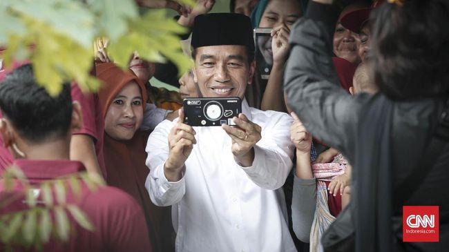 Presiden Jokowi meminta masyarakat tak percaya begitu saja hoaks di media sosial, seperti isu PKI serta kriminalisasi ulama, karena punya kepentingan politik.