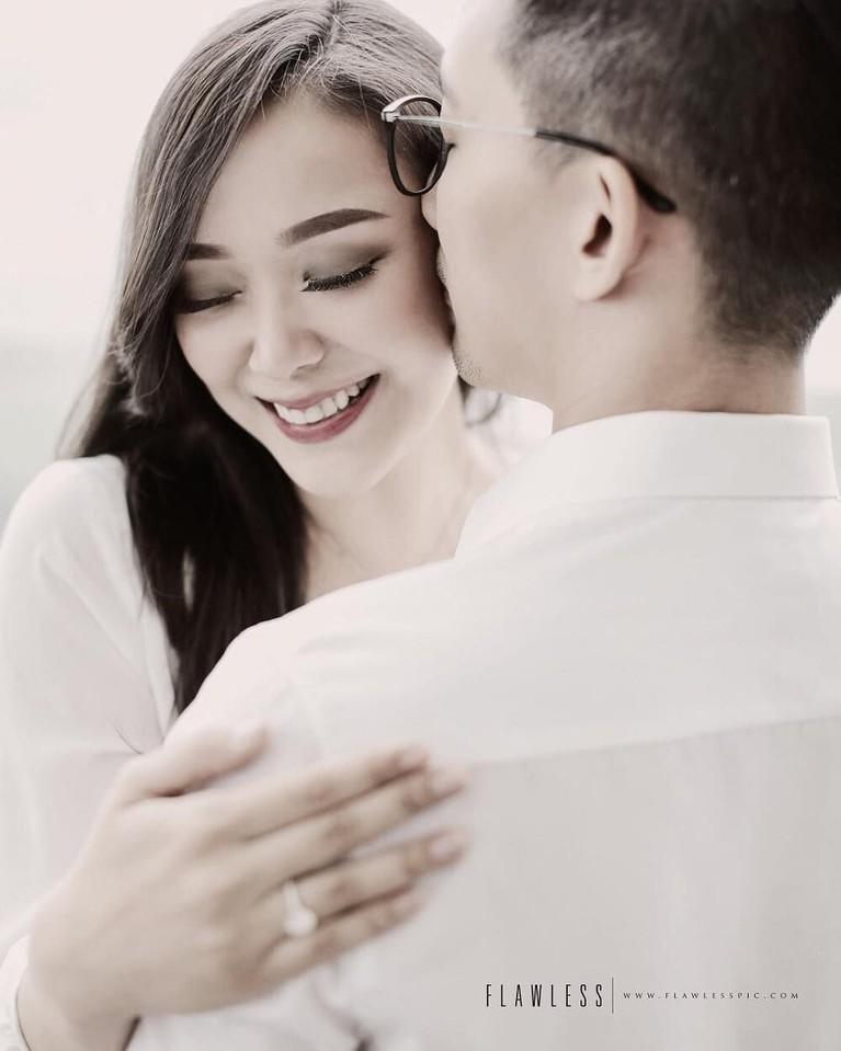 Momen lamaran Yuanita Christiani dan kekasih, terlihat sangat bahagia. Semoga lancar sampai hari H ya!