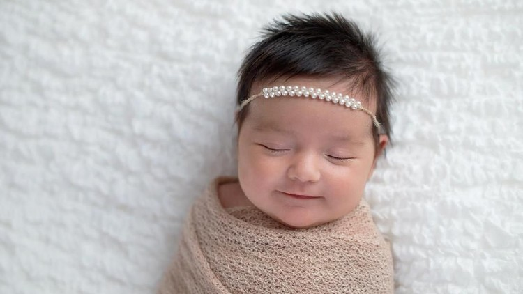 Tiap orang tua ingin anaknya kelak menjadi cahaya keluarga. Nah, bisa menjadi referensi nih, daftar nama bayi perempuan bermakna cahaya dari Bahasa Sanskerta.