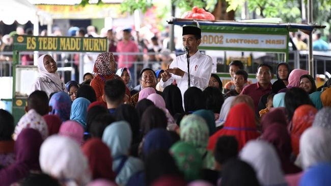Di depan ibu-ibu penerima pinjaman Mekaar binaan PT PNM, Presiden Jokowi menceritakan awal mula dirinya merintis usaha mebel sebelum masuk ke panggung politik.