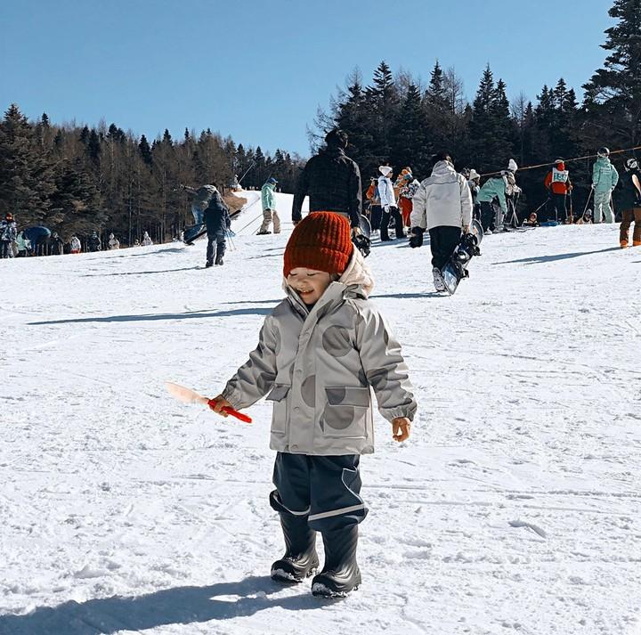 Alita begitu ceria menikmati liburan awal 2019. Bocah dua tahun ini happy banget bermain di atas salju. Seru!