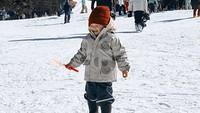 <p>Wah, Alita <em>happy</em> banget main di tengah hamparan salju Fujiten. Sudah kebal ya sama hawa dinginnya karena pada Oktober 2018, Alice Norin mengajak Alita mudik ke kampung halaman sang ayah di Norwegia. Sempat turun salju juga di sana. (Foto: Instagram @alicenorin)</p>