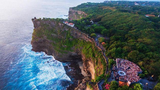 Pantai dan bukit menjadi pemandangan utama saat berwisata ke Uluwatu, tinggal memilih untuk menikmatinya dari sudut mana.
