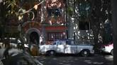 Sutradara Alfonso Cuaron membuat film tentang kota di mana ia tumbuh dalam format hitam-putih, mengundang keingintahuan turis jika kota itu berwarna.