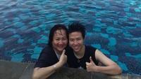 <p>Sang mama juga menjadi patner yang asyik kala olahraga lain. Kali ini, Butet berenang berdua bersama mamanya. (Foto: Instagram @natsirliliyana)</p>
