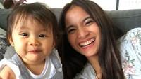 <p>Meskipun baru berumur setahun lebih, namun Bri sudah sadar kamera ya. Fotogenik dan tersenyum menghadap kamera. (Foto: Instagram: @septriasaacha)</p>