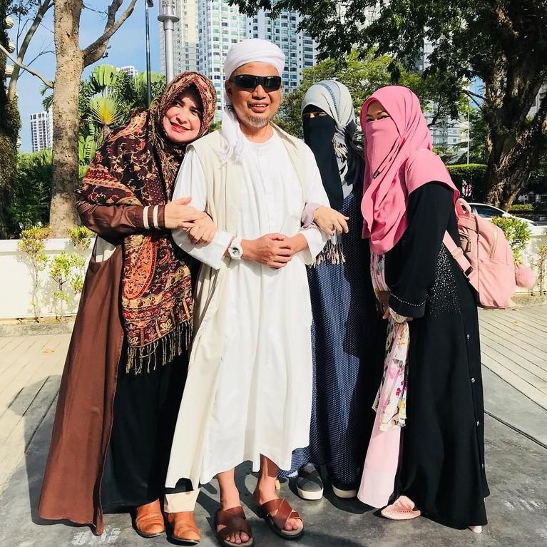 Ustaz Arifin Ilham menikahi istri keduanya, Rania Bawazier, pada 2010. Istri pertama dan kedua tampak akur. Ustaz pun sering tampil bersama kedua istrinya.