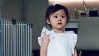 <p>Bridgia Kalina Kharisma kini berusia 1 tahun 4 bulan. Gadis cilik ini nampak cantik ya didadndani Mama Acha memakai dresscode serba putih. (Foto: Instagram: @septriasaacha)</p>