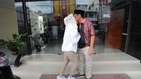 <p>Pamitan pada suami tercinta, saat Happy harus ke Jakarta menemani si bungsu Ujian Nasional. (Foto: Instagram/ @happydjarot)</p>
