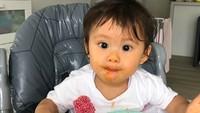<p>Sudah mulai mengonsumsi makanan padat, Bri terliht menikmati sekali semangkok spaghetti di hadapanya. Sampai cemong-cemong ke pipi ya, Bri. (Foto: Instagram: @septriasaacha)</p>