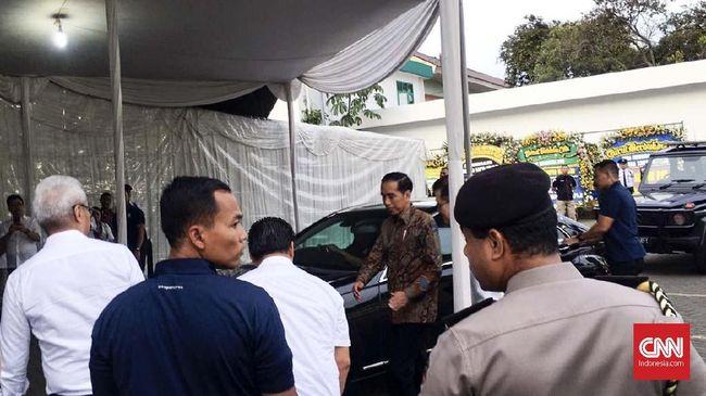 Jokowi tiba di rumah duka RSPAD Gatot Soebroto pada 18.05 WIB untuk melayat Eka Tjipta. Dia tak memberikan keterangan apapun kepada wartawan usai melayat.
