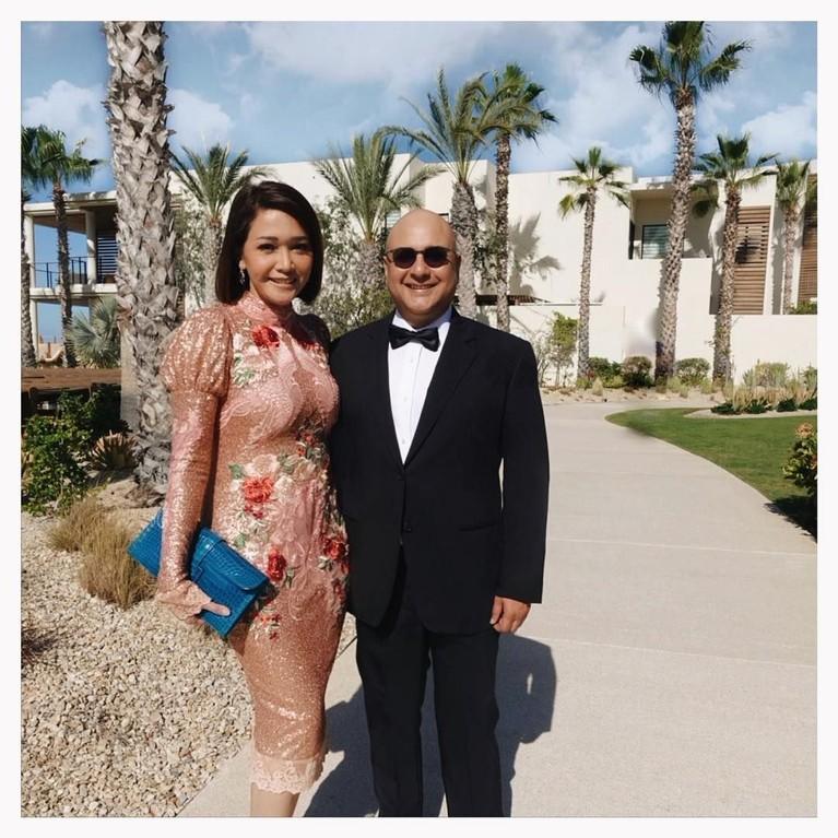 Maia Estianty terlihat serasi dengan Irwan saat menghadiri sebuah perayaan pernikahan seorang kerabat.
