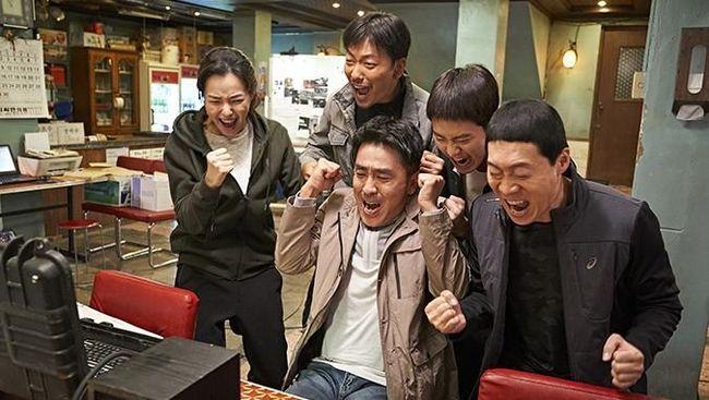 Berikut rekomendasi film komedi Korea terlucu yang bisa membuat Anda tertawa terpingkal-pingkal karena aksi konyol aktornya.