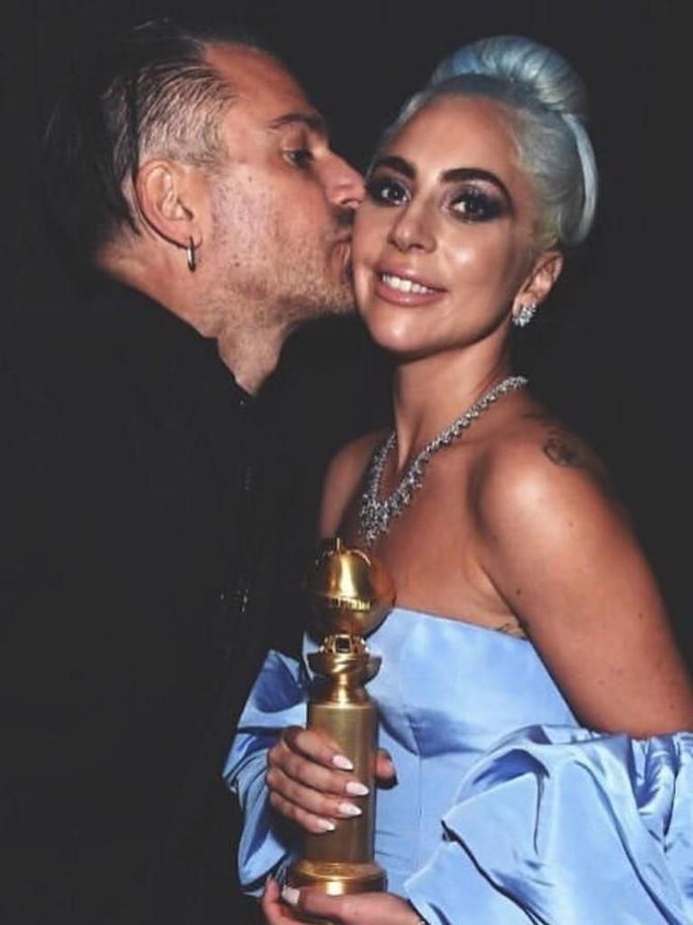 Kebersamaan Gaga dan Carino saat menghadiri Golden Globes Awards 2019.
