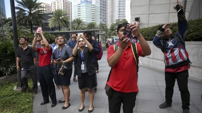 Pemanjat bebas Prancis, Alain Robert membuat heboh kota Manila, Filipina karena memanjat gedung tertinggi setempat. Ujungnya malah dia ditangkap aparat.