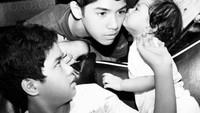 <p>Muah! Throwback saat Safeea memberi kecupan pada kakak Al. Cute banget ya? (Foto: Instagram @ahmaddhaniprast)</p>