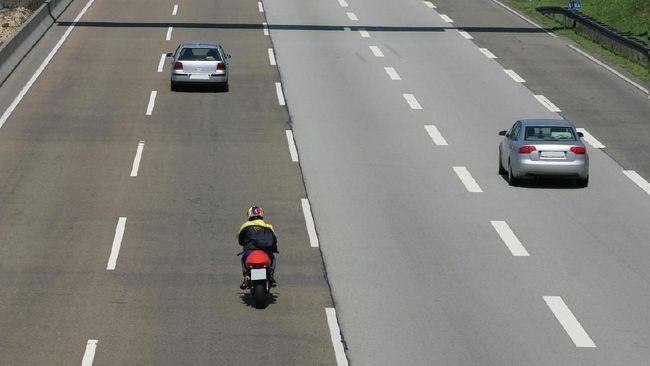 Seorang pemotor yang mengikuti petunjuk aplikasi Google Maps di gawainya, terbawa hingga melintasi jalur Tol Jombang-Mojokerto.
