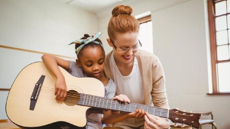 Sebagian orang tua percaya kalau mengikutkan anak berbagai les bisa mendatangkan manfaat. Simak ulasan lengkapnya yuk, Bun!
